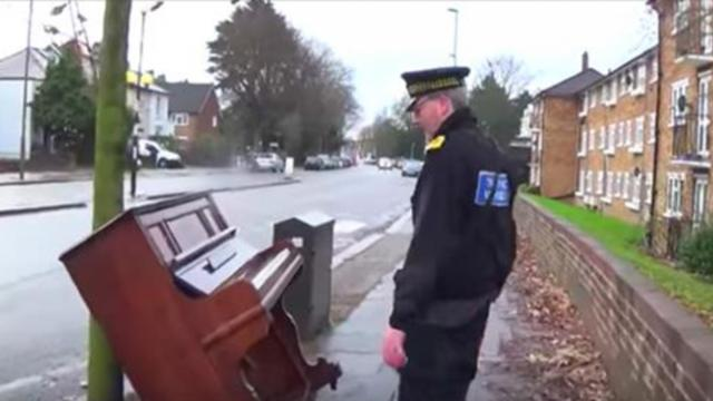 Public Loves Impromptu Piano Performance Along Busy Road