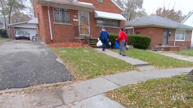 Volunteers Hand Deliver Food to Needy Families for Thanksgiving