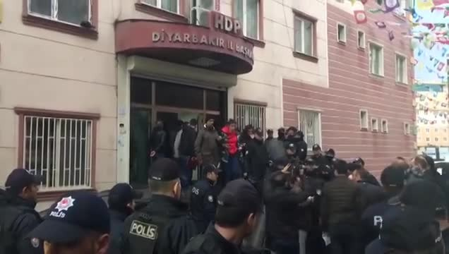 Turkish Police Raid Kurdish Opposition HQs